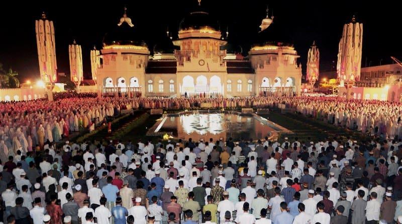 Indoesian people doing namaz during Ramadhan