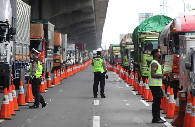 Indonesia police check on vehicle due to mudik ban