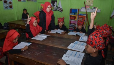 Indonesian teacher taught lessons for students