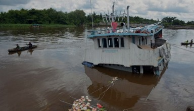 Putra Sejahtera 89 Motorboat which loaded the food in the Siak River