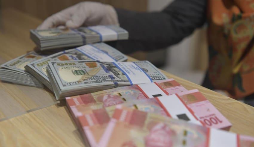 Illustration of rupiah and US dollar banknotes